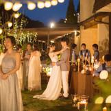 ナイトウェディングでは、キャンドルやランタンを使ってキラキラ輝くガーデンに変身。温かな光の中でゲストとの距離も近づく。