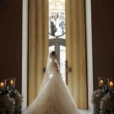 挙式の中でも一番感動的な新婦様の入場シーン。5mの扉から差し込む自然光に包まれた新婦様の入場シーンがより感動的な瞬間に。