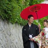 【実際のお客様のお写真】挙式会場である、北野天満神社へご移動中の1枚。「神戸」「北野」で「和婚」なら「神戸北野ハンター迎賓館」へ。