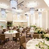 『宝石箱』をテーマとした、ラグジュアリーモダン空間。天井のシャンデリアはティアラをイメージ、壁面にはクリスタルやミラー、優雅で上質なキラキラした空間。