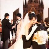 大聖堂での挙式は母にベールダウンをしてもらい父と歩き出す真っ白なバージンロード