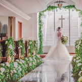 窓のある明るいチャペルでは3方向から自然光が降り注ぎ、新郎新婦の晴れ姿がさらに華やぎます