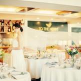 おふたりの想いをカタチに。 暖かな光に包まれる会場は花嫁の美しさを引き立てます。
