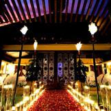 会場入口 ライトアップされたプールに南国の花びらやギャンドルを浮かべてリゾート気分満点。