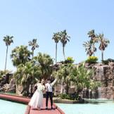 ホテル ラグーンの滝でポーズ