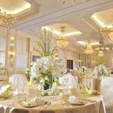 高い天井の披露宴会場をワンフロア貸切で利用できる。プライベート感覚の上のウエディングが実現。