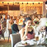 リズミカルな音やシェフたちの活気溢れる動きが料理パフォーマンスとしても楽しめる