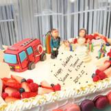 パティシエが心を込めて作り上げるウエディングケーキは、クリスタルリゾートの自慢 消防士の新郎様をテーマに!