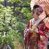 春は新緑、秋は紅葉するホテル玄関。 四季折々の風情でお出迎えいたします。
