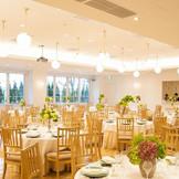 披露宴会場は自然光に溢れるシンプルな作り