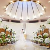 真っ白な大理石を敷き詰めたバージンロードに、清楚な白い壁と樹木に癒される独立型チャペル。パイプオルガンや聖歌隊の美しい音色が堂内に響き、温かな挙式が叶う。
