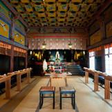 重厚な漆塗りが施された社殿は重要文化財。本殿・幣殿・拝殿からなる権現つくり