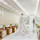 長さ14メートル・幅2メートルのバージンロードでは、ウエディングドレスのバックスタイルを美しく表現できる。