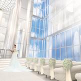 【ONEvoyage Church】大きな窓からは青空と注ぐ祝福の光が花嫁を包む。自然光溢れる壮麗なガラスの教会。
