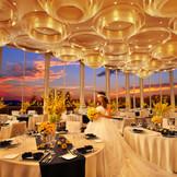 披露宴会場シエルエグゼの夕焼け空をバクに。