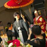 披露宴入場では番傘を使用し、華やかな入場を