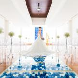 【チャペル】さわやかなブルーのバージンロードは花嫁をより一層輝かせる