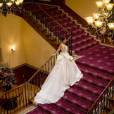 ドレスが映えるボルドー色の中央階段