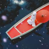 静かな湖畔にゆっくりと漕ぎ出す花嫁舟。この場所で祝うことが喜びとなる、大切な人に贈る美しい結婚式がここにある