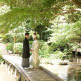 橋の上の花婿花嫁