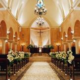 バージンロードの意味を光で表現する教会はお二人にとって大切な場所に