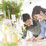 ウェルカムスペースで、ゲストにメッセージを書いてもらいウェディングツリーの演出も人気。