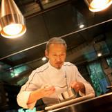 『自分の料理で誰かを幸せにしたい』と語る勝又登シェフ。フランスで修行を積み、東京でビストロブームを巻き起こす。2012年農林水産省より【料理マスターズ】の称号を得る。特別な日にふさわしい珠玉のお料理でたいせつなゲストをおもてなししよう。
