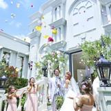 天気が良ければ花びらが天高く舞い上がる素敵なワンシーンも! 開放的なパティオでのセレモニーで感動の瞬間を楽しんで♪