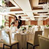 【アヴェニールクラス】最大150名が集えるゆったりとした会場はイタリア・ミラノの高級ブランドホテルをイメージした、スタイリッシュな上質空間
