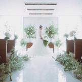 レストランながら館内には98名着席可能な本格的なチャペルも併設。壁一面のクリスタルと明るい陽光が、花嫁を一層輝かせます。厳かなキリスト式の他、温かな人前式も可能。