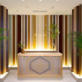 伝統工芸「大川組子」の見事なオブジェが配されたエントランス。非日常の上質空間に、ゲストの期待も高まる。