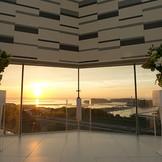 夕陽をバックにしたサンセットウェディング。大きな窓から差し込む夕陽が、ロマンチックな雰囲気を演出します。