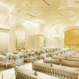 光のチャーチは、花嫁のために「永遠に続く未来の光」をイメージしてデザイン。ゲスト席はソファタイプでゲストも座りやすく居心地の良さを考慮した設計。