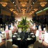 背の高い装花を使った高級感のあるコーディネート。天井が高い会場ならでは。
