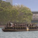 パーティ会場すぐの船着き場から出航する船の上が舞台