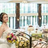 花嫁の憧れをカタチにしたバンケット。 純白の大空間には窓一面から自然光が差し込み、広間を見渡すような大階段が主役の二人をロマンチックに演出してくれる。全てが貸切なので夢に描いたパーティが叶う。
