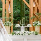 祭壇の奥は森が広がり、四季折々の表情が楽しめます。春の淡い新緑、夏の深い緑、秋の紅葉、冬の雪景色など、自然豊かな軽井沢を感じる事の出来る空間です 。