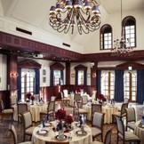 白とダークブラウンを基調としたイギリス館。上品なアンティークに囲まれたクラシックな会場。