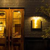 LA TABLE Aoyamaの外観。 夜は昼とは違ったこんな表情を見せてくれる。 アオヤマカフェでは2次会も承っております。是非素敵な1日をお過ごし下さい。
