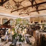 【ナチュラル&アンティーク】 部屋を囲むように水と緑の2つのガーデンが広がる。広々として上質な邸宅にゲストを招いて、ワンランクアップしたおもてなしを