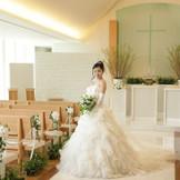 チャペル内はアクアブルーの透明感溢れる十字架や天井高6mの空間が広がります。