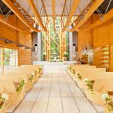 祭壇の木のオブジェは支え合って生きていくお二人の姿を象徴しており、天井の湾曲した梁はお2人を祝福する天使の弓矢の軌跡を表しています。
