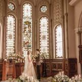 エリア最大級の大聖堂。120年の歴史あるアンティークのステンドグラスから差し込む光のもとで叶える永遠の誓い