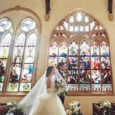 【セント・ラファエル礼拝堂】おふたりをステンドグラスが彩りより美しく歌がやませます。