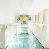 【Chapel】全長20m、1万個のクリスタルが煌めく長いバージンロード