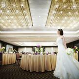 バンケットルーム「曙の間」 落ち着いた木目の会場は、華やかな打掛にもドレスにもぴったり。