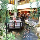 ゲストルームと一続きの中庭は、都会の喧騒を感じさせないゆったりとした空間。
