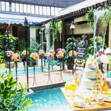 プールサイド。南国の植物や水の音にに包まれた癒しの空間にスタイリッシュなインテリアが並んで大人の雰囲気。プール付の大空間を貸し切ってゲストとともに南国高級リゾート気分を満喫して。