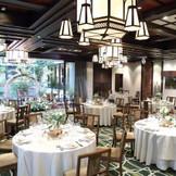 木目調の空間に大きな窓からたっぷり差し込む自然光が、上品で温かな披露宴会場。