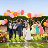 お友達をたくさん招いてのガーデンパーティーは結婚式の楽しみの一つ。男性ゲストも女性ゲストもおそろいのコーディネートでお洒落を楽しんで☆ガーデンパーティーならではのカジュアルな装いもトレンド!